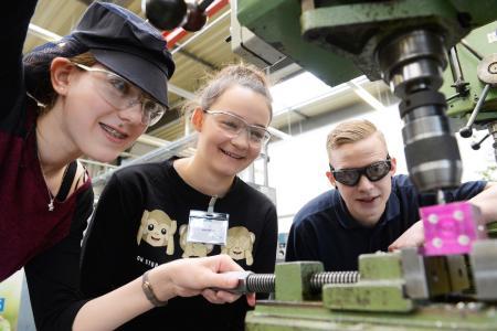 Merkel wirbt bei jungen Frauen für technische Berufe und Studien