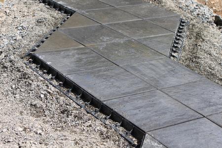 terrassenplatten gegen seitliches abwandern sichern. Black Bedroom Furniture Sets. Home Design Ideas