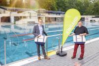 Das Freibad Annen feiert den Saisonstart mit Andreas Schumski, Geschäftsführer der Stadtwerke, und Michael Blumberg, Abteilungsleiter Bäder und Schifffahrt (v.l.)