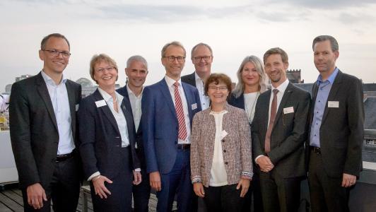 Das neugewählte Vorstandsteam des SPECTARIS Fachverbands Photonik mit seinem Vorsitzenden Bernhard Ohnesorge (Zeiss). v. links nach rechts: Jan Schubach (POG), Katrin Kobe (Laser 2000), Maik Müller (tec5 ), Bernhard Ohnesorge (Zeiss), Martin Hovestadt (Jüke Systemtechnik), Ramona Eberhardt (Fraunhofer-Institut IOF), Agnes Hübscher (Edmund Optics), Andreas Hädrich (Schott), Thilo von Freyhold (Jenoptik) (Nicht auf dem Bild, aber im neuen Vorstand: Matthias Schulze / Coherent, Simon Schwinger / Leistungselektronik Jena)