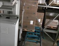Regalbediengerät nimmt eine Palette zur Einlagerung auf