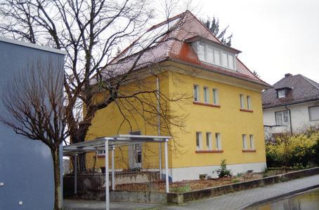 In das Dach des sanierten Stadthauses aus den 30er Jahren wurden sechs Indach-Solarkollektoren in die Dachfläche integriert.