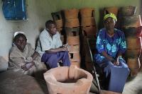 Klimaschutzprojekt von myclimate: Weniger Abholzung des Regenwaldes dank effizienten Kochern in Kenia.