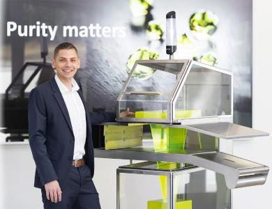 Uli Hurzlmeier, Produktmanager X-ray bei Sesotec, präsentiert  auf der IFFA 2019 eine Designstudie des Röntgenscanners RAYCON D+, um mit intressierten Besuchern darüber zu diskutieren, was ein ideales Gerät in Zukunft bieten müsste. (Foto: Sesotec GmbH)