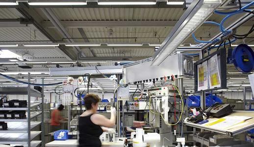 Dynamisch geregelte Lichtverläufe erhöhen das Wohlbefinden von Mitarbeitern in Schichtbetrieben, wie hier im Zumtobel Werk in Lemgo. Eine Gemeinschaftsstudie konnte nun den Nachweis erbringen.