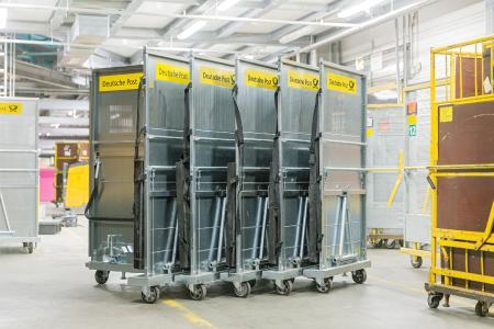 Lassen sich zusammenfalten und Platz sparend ineinanderschieben: Rollcontainer im Günzburger Paketzentrum der Deutschen Post DHL. (c) Wanzl DHL Container