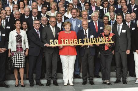"""Die Deutsche Sporthilfe stellt die Projektförderer der Kampagne """"50 Jahre / 50 Projekte"""" vor – unter ihnen Philip Harting (2. Reihe Mitte)"""