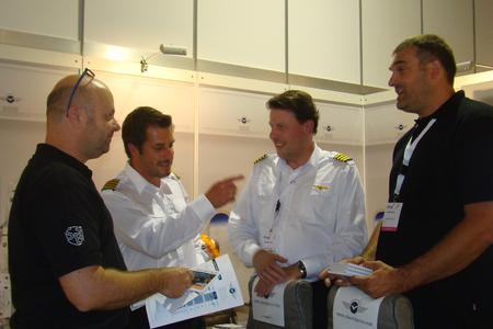 Zufrieden über den ersten Tag in Zürich. Martin Eckert und Kay Thomas M., Uli Einenkel GF der DATADRUCK GmbH r.i.B.  und als Gast am Stand l.i.B. Mark Kunz von der Sitzbock Sirek AG  Büchel Blachen AG