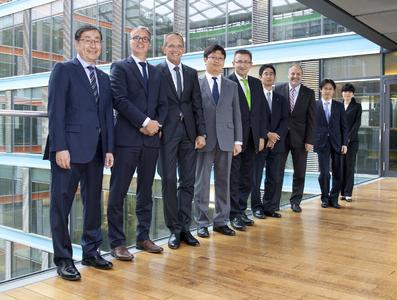 Vertreter von KYOCERA und Ceyoniq nach der Vertragsunterzeichnung in Düsseldorf.