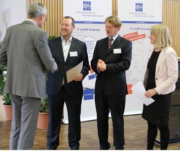 Bachelor-Preisträger Frank Heimerzheim (Hochschule Bonn-Rhein-Sieg) nimmt die Glückwünsche entgegen von Prof. Dr. Rolf Socher (FBTI-Vorstandsmitglied von der TH Brandenburg), Prof. Dr. Klaus Lang (FBTI-Vorsitzender von der TH Bingen) und Wiebke Röthemeier (Vice President Personal bei der CEMA AG)