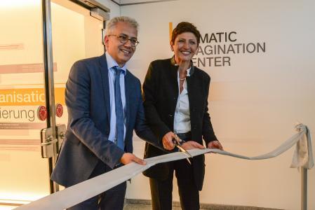 Gemeinsam mit Hessens Wirtschaftsminister Tarek Al-Wazir eröffnete Barbara Wladarz, Geschäftsführerin von Dematic Deutschland, das Imagination Center in Heusenstamm (Foto: Dematic)