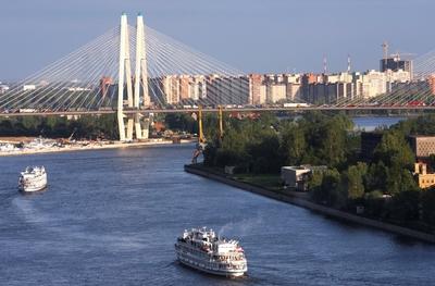Trinkwasser, aufbereitet aus dem Fluss Newa, fließt in gleichbleibend hoher Qualität aus Sankt Petersburger Wasserhähnen: Modernste Prozessleit- und Datentechnik in deutsch-russischer Kooperation macht's möglich.