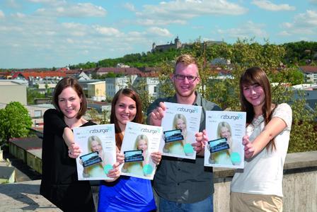 Die Auszubildenden der Würzburger Medienakademie mit Schwerpunktunternehmen Vogel Business Media präsentieren den aktuellen WÜRZBURGER (v. li.): Sonja Höger, Lena Steinshorn, Marcel Gollin, Nathalie Spies