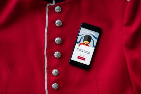 Die App DataDuell auf der Jacke eines Guards 1/2