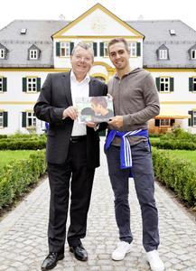 Harald H. Pirwitz, Vorstand CEWE, überreicht Philipp Lahm ein CEWE FOTOBUCH des letzten Philipp Lahm-Sommercamps