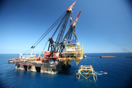 Na ostatnim miejscu jest japoński dźwig półzanurzalny – Hermod. Posiada on możliwość częściowego zanurzenia kadłuba do głębokości 28,2 metrów. Hermod jest w stanie przetransportować 8100 ton ciężaru