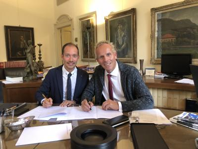 Davide Merlo (on the left) and Ralph Weidling sign the contracts