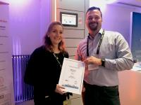 Glückliche Gewinner: Mirjam-Lea Herich und Arne Hameister von GreenPack mit der Siegprämie (Copyright GreenPack GmbH)