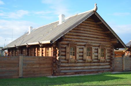 In Rundstammhäusern wohnen: Die Vorzüge des Naturwerkstoffs Holz wissen sibirische Baumeister zu schätzen. (Foto: Achim Zielke)