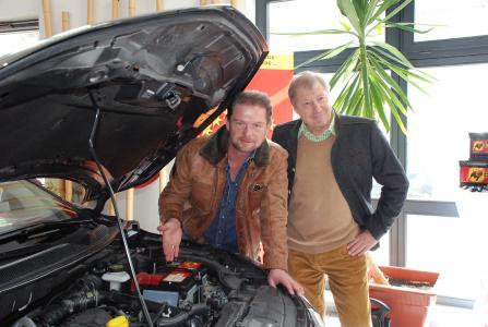 Auf Tuchfühlung mit der Technik: Zusammen mit Grip Moderator Det Müller (li.) demonstrierte Günter Helmchen, Geschäftsführer Banner Batterien Deutschland, im Rahmen eines Praxis-Workshops moderne Batteriemanagementsysteme