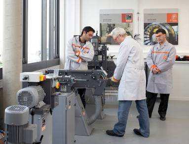 Der FEIN Trainer führt eine Anwendung im Marktsegment Metall vor