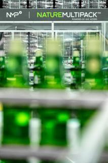 Die Innopack Nature MultiPackTM-Maschine von Martens verarbeitet bis zu 40.000 PET-Flaschen in der Stunde. Noch in diesem Jahr wird KHS eine neue Generation der NMP-Maschine mit einer Kapazität von bis zu 108.000 Behältern pro Stunde auf den Markt bringen.