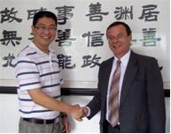 Mr. Yan Bin Jun, General Manager of Shenzhen Card Intelligent Science & Technology and Dr Otto Eggimann, Vice President Sales and Business Development of LEGIC expect a fruitful collaboration