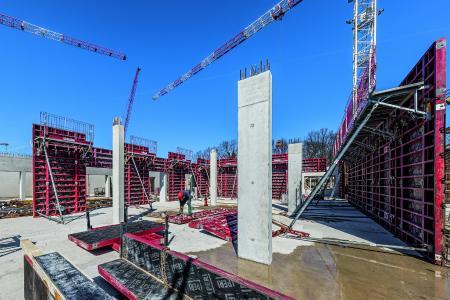 Bild 1 Das Sockelgeschoss des neuen Gymnasiums Langenhagen wird in Stahlbetonbauweise mit sichtbar bleibenden Betonflächen ausgeführt. (Foto: PERI GmbH)