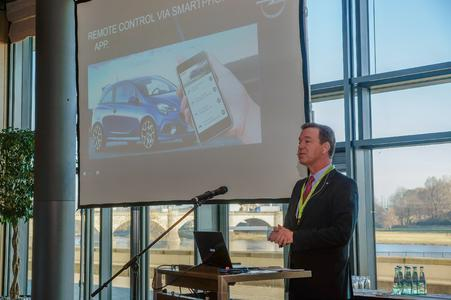 Key Note Sprecher Toscan Bennet, Executive Director Product Marketing bei GM Europe, zeigt, wie Connected Cars das Fahrerlebnis revolutionieren.