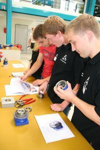 8. Tag der Ausbildung bei der WITTENSTEIN AG: Auszubildende und Studenten der WITTENSTEIN AG gaben den Besuchern praktische Einblicke in ihre Ausbildung