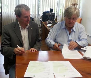 Der Leiter des Instituts für Energie und Umwelt (IEE) an der Universität São Paolo, Professor Ildo Sauer, und der Geschäftsführer der BBB Umwelttechnik GmbH Klaus Bergmann bei der Vertragsunterzeichnung.