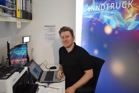 InnoTruck-Wissenschaftler Dr. Tobias Schwalbe streamt direkt aus dem Home-Office ins virtuelle Klassenzimmer. © InnoTruck / FLAD & FLAD