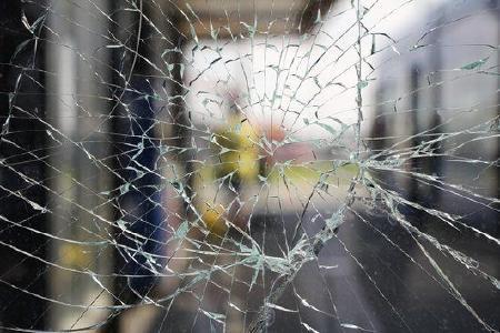 Wenn Glasscheiben zu Bruch gehen, stellen Glassplitter ein erhebliches Verletzungsrisiko dar. Sicherheitsfolien und ein Spezialklebstoff für Fenster minimieren diese Gefahr