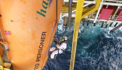Höhenarbeiten – zu den Instandhaltungsarbeiten, die Bilfinger Industrier Norge auf verschiedenen Plattformen in der Nordsee durchführt, gehört auch Korrosionsschutz für Rettungsboote (Quelle: Bilfinger Industrial Services)