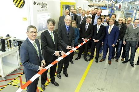 front: Alfred Weber (Chairman of the Management Board), Thomas Fischer (Chairman of the Supervisory Board), Dr. Holger Findeisen (Director Injection Molding & Welding Lead Team), f.l.t.r.  (all MANN+HUMMEL GmbH) at the inauguration ceremony of the technical center / A state-of-the-art, fully electric injection molding machine is the centerpiece of the new MANN+HUMMEL technical center