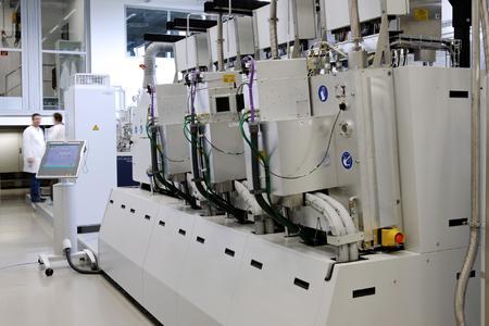 Die neue Beschichtungsanlage im Technikum von NEXT ENERGY verfügt über drei hintereinander angeordnete PECVD-Kammern.