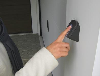 Mit modernen Fingerscannern lassen sich Schlüssel, Karten und Codes konkurrenzlos komfortabel ersetzen. Normstahl bietet einen für seine Garagentore optimierten Fingerscanner an. Der Fingerscanner ist ein OEM-Produkt von ekey: Europas Nr. 1 für Fingerprin