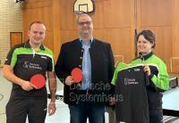 Christian Paulus, Geschäftsführer der DS Deutsche Systemhaus GmbH (Mitte) überreichte persönlich die neuen Trikots an den 1. Vorsitzenden Markus Pasurka (links) und die 2. Vorsitzende Kerstin Vier (rechts).