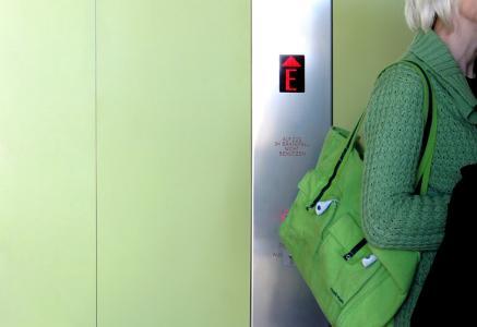 Beschichtungen auf Türen, Zargen und Handläufen in öffentlichen Gebäuden wird einiges abverlangt. Sie müssen Handschweiß, mechanischen Belastungen und Reinigungsmitteln standhalten. Der neue 2K-Aqua Seidenmattlack 2388 von Brillux überzeugt durch eine extrem hohe Widerstandsfähigkeit sowie Belastbarkeit