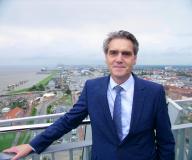 """Robert Howe - Geschäftsführer bei bremenports: """"Gemeinsam mit WINGS, einem renommierten Fernstudienanbieter, haben wir die ersten international ausgerichteten Fernstudiengänge für die Logistikbranche konzipiert."""""""