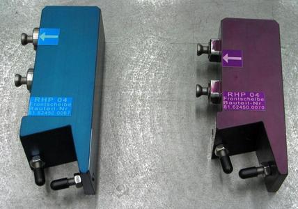 Werkstück-Adaptionen in unterschiedlichen Farben erleichtern die Zuordnung wenn die Vorrichtung für eine andere Frontscheibe umgerüstet wird