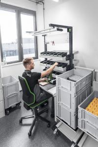 Die Ablagen an den avero Einzelarbeitsplätze lassen sich ergonomisch günstig positionieren