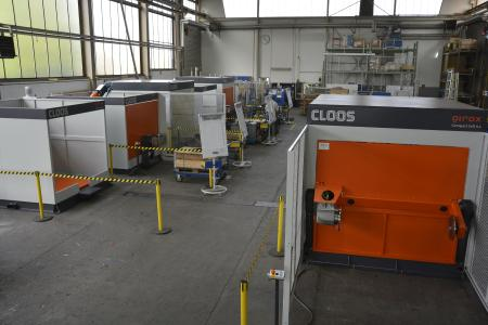 At Cloos, eight compact robot cells are nearly ready for shipment