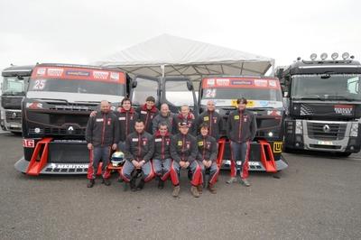 Mario Kress (2. Reihe Mitte) mit seinem siegreichen Team MKR Technology