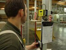 Wo ist der Gabelstaplerfahrer. SECURIFIX entwickelte das LT034 Staplerrufsystem. Damit werden sämtliche Flurförderfahrzeuge einer Staplerflotte via Funk mit einem Rufsender verbinden und können so ständig geortet werden und zugleich regelmäßig mit neuen Fahraufträgen versehen werden. Dies steigert nicht nur die Übersicht der verantwortlichen Disponenten, sondern ebenso die wirtschaftliche Effizienz und damit einhergehend den Umsatz des jeweiligen Unternehmens. Copyright: SECURIFIX