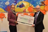 MID-Geschäftsführer Dr. Martin Müller mit Anna-Lena Emmerich, Leiterin der Kindertagesstätte Bullerbü, bei der Scheckübergabe.