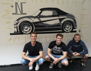 Bilddatei: Jonas Lach, Jonas Röpke und Charlie Krüger vor ihrem Design-Entwurf mit Tapes. Foto: Steven Pohl | Rechte: Hochschule Stralsund