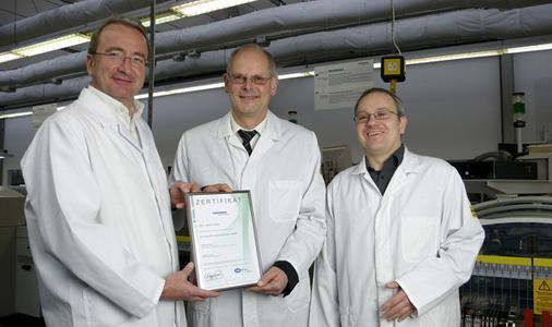 Jochen Hehn, DEKRA Certification GmbH (Mitte) übergibt das Zertifikat an GBS-Geschäftsführer Roland Hollstein (links) und Armin Schymala, Leiter Qualitätsmanagement bei GBS (rechts)