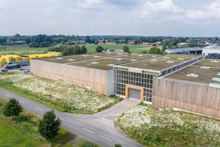 Das ca. 10.000 m² große Hallendach der Firma Lütvogt ist ein Leuchtturmprojekt für regionaltypische Biodiversität. Quelle: Architekturfotografie Steffen Spitzner