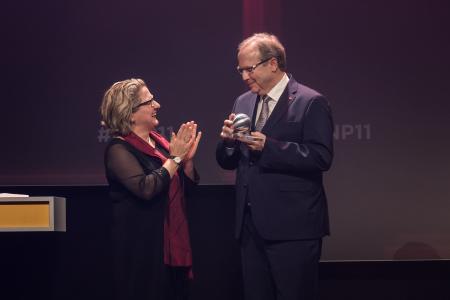 Freitagabend im Maritim Hotel in Düsseldorf: Bundesumweltministerin Svenja Schulze überreicht den 11. Deutschen Nachhaltigkeitspreis an den geschäftsführenden Gesellschafter Ralf Putsch. (Foto: Ralf Rühmeier, DNP)